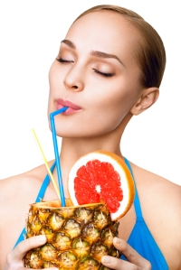 shutterstock_123971212 woman drinking pineapple Aug15