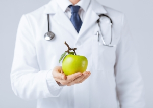 shutterstock_141856093 doctor holding apple Oct15
