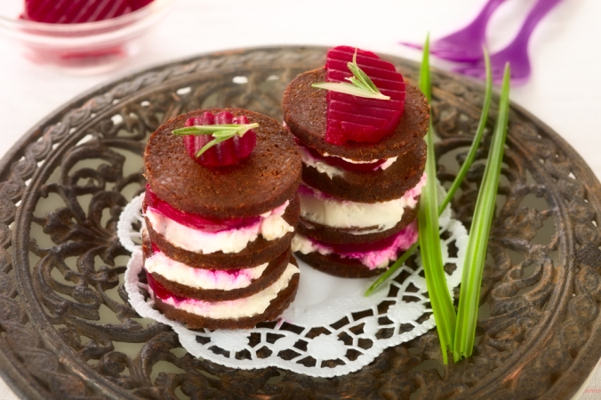 shutterstock_259277711 pumpernickel bites with beetroot Dec15