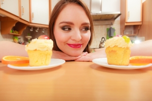 shutterstock_283163987 woman with cup cakes Dec15