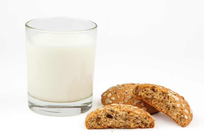 shutterstock_182205329 oat cookies and milk Jan16
