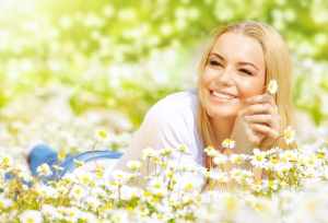 shutterstock_128460218 woman in field of camomile Mar16