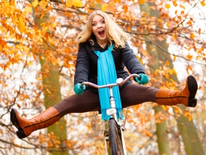 shutterstock_320326949 woman on bike in autumn Mar16