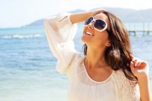 shutterstock_274532183 woman in sunglasses looking at the sky Aug15