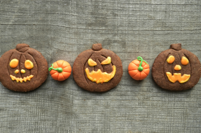 shutterstock_325258949-pumpkin-halloween-cookies-oct16