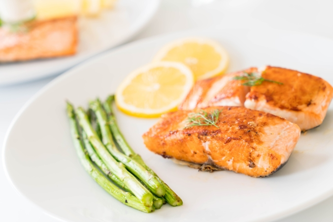 shutterstock_523367026-salmon-and-asparagus-dinner-nov16