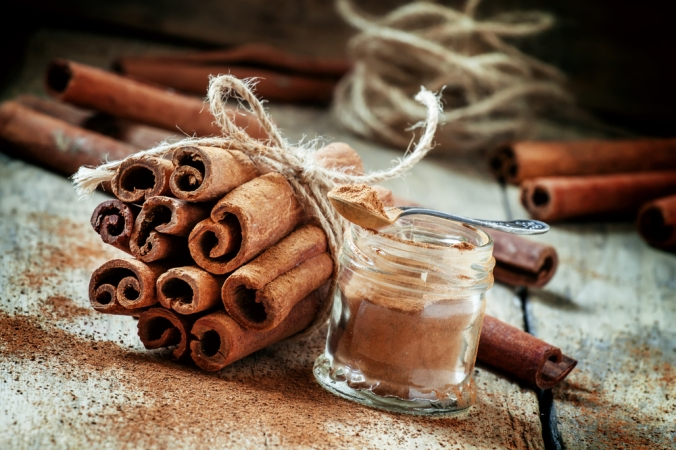 Sticks of cinnamon and a pot of cinnamon powder