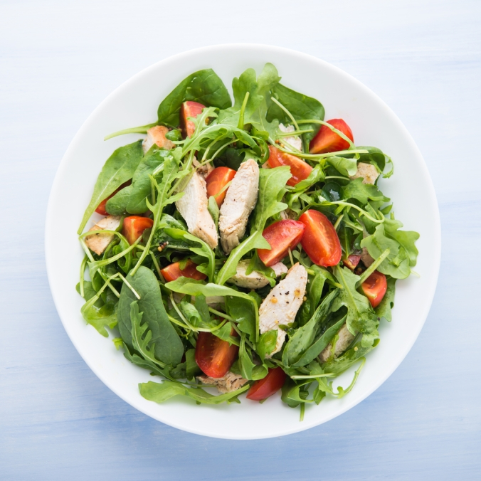 chicken salad with spinach and tomatoes