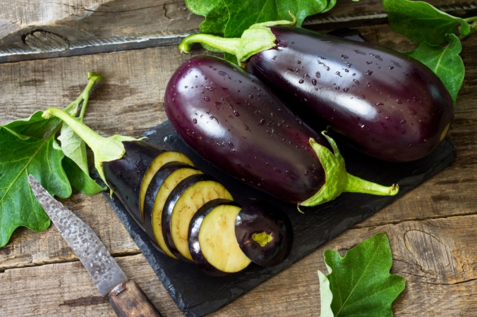Fresh,Healthy,Raw,Purple,Eggplant,On,A,Kitchen,Wooden,Table.