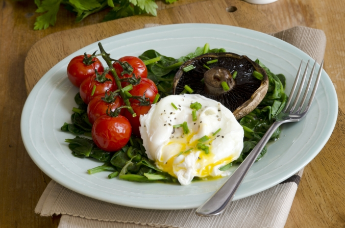 Poached,Egg,With,Spinach,,Portobello,Mushrooms,And,Vine,Tomatoes