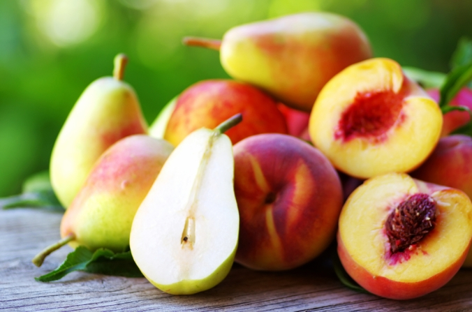 Ripe,Pears,And,Peaches,On,Table